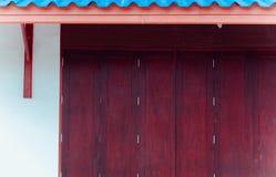 Arte tradizionale stile tailandese di legno della finestra di vecchio con il tetto blu Fotografia Stock Libera da Diritti