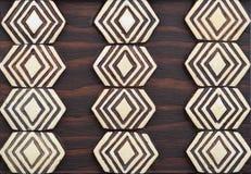 Arte tribal primitiva marrom & trivet da madeira do marfim imagens de stock royalty free