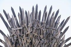 Arte, trono real hecho de las espadas del hierro, asiento del rey, símbolo Imagen de archivo libre de regalías