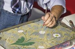 Arte turca de marmorear, fazendo Ebru Foto de Stock