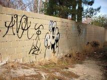 Arte urbano indescriptible en la pared sucia con basura en del funcionamiento ciudad abajo Imagen de archivo