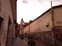 Arte urbano mezclado przeciwu arquitectura kolonista obrazy stock