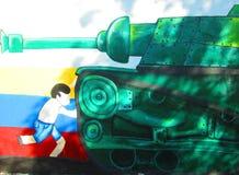 Arte urbano Muchacho contra el tanque Imagenes de archivo