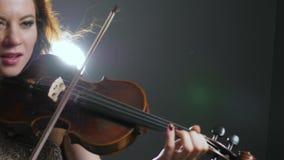 Arte, viola nelle mani dell'esecutore del musicista a filarmonico video d archivio