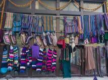 Arte y arte locales de las lanas de los yacs en los pueblos a lo largo del viaje del valle de Langtang nepal fotos de archivo
