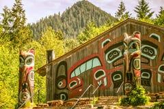 Arte y tallas de los tótemes en el pueblo del saxman en Alaska ketchikan imagenes de archivo