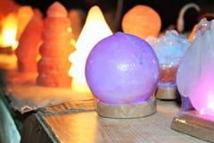 Artefacten zoals lampen handcraft van zout worden gemaakt dat royalty-vrije stock foto's