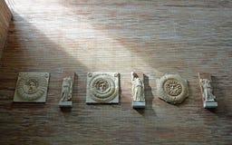 Artefakte an der römischen hauptsächlichhalle, Roman Museum, Museo Nacional De Arte Romano Merida, Spanien lizenzfreie stockfotografie