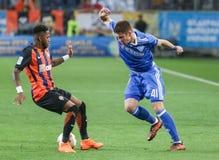 Artem发电机Kyiv Biesedin与与弗雷德的球战斗 免版税库存照片