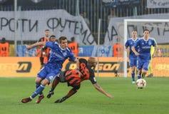 Artem发电机Kyiv Biesedin与与Yaroslav Rakitskiy的球战斗 免版税库存照片
