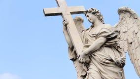Artemis Dreaming op de brug van Engelen in de stad van Rome stock footage