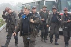 Artemovsk, Ucrânia - 6 de agosto de 2013: Came de Artem do nome da mina dos mineiros Fotos de Stock Royalty Free