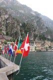 Arten der Flagge über den typischen italienischen Artgebäuden, die Stadt von Limone stockbilder