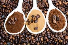 Arten des Kaffees: Boden, Augenblick, Pulver, Kaffeebohnen Stockfotografie