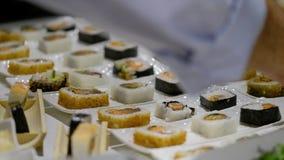 Arten von Sushi auf schmalen weißen Platten stock video footage