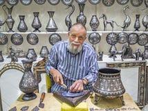 Artesão dos metais em Meknes, Marrocos fotos de stock royalty free