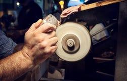 Artesão durante o lixamento do cinzeiros de cristal Fotografia de Stock Royalty Free