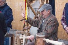 Artesão em seu trabalho no mercado da Bolonha Toscânia, Italy imagem de stock