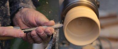 Artesão especializado durante o trabalho da parte de madeira com o lat imagens de stock royalty free