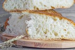 Artesão feito a mão, nacos lareira-cozidos do pão branco no fermento, Fotos de Stock Royalty Free