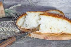 Artesão feito a mão, nacos lareira-cozidos do pão branco no fermento, Fotos de Stock