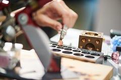 Artesão que forma os grânulos de vidro fotos de stock royalty free