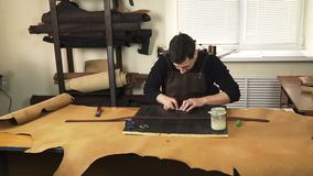 Artesão que trabalha com uma parte de couro video estoque