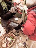 Artesão que trabalha lãs naturais Fotografia de Stock