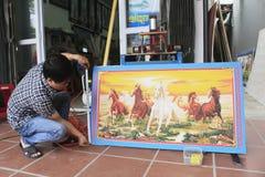 Artesão que trabalha no quadro na loja do quadro Foto de Stock