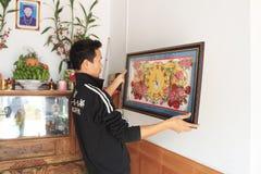 Artesão que trabalha no quadro na loja do quadro Fotografia de Stock Royalty Free