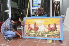 Artesão que trabalha no quadro na loja do quadro Foto de Stock Royalty Free