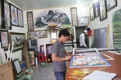 Artesão que trabalha no quadro na loja do quadro Fotos de Stock