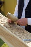Artesão tradicional que cinzela a madeira Fotos de Stock