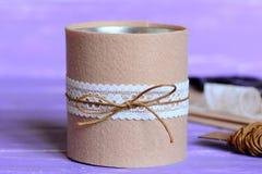 Artes adornados de la lata Manera simple y barata para la lata vieja de adornamiento hermosa Idea reciclada del arte Materiales y Imágenes de archivo libres de regalías