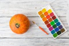 Artes de Halloween de la caída Un calabaza decorativa anaranjada y brillante fotos de archivo libres de regalías
