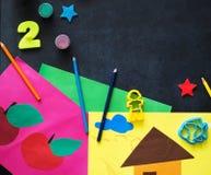 Artes de la creatividad de los niños en una pizarra foto de archivo