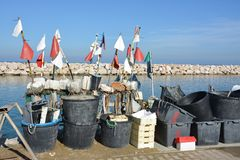 Artes de pesca colocadas en el muelle del puerto foto de archivo libre de regalías