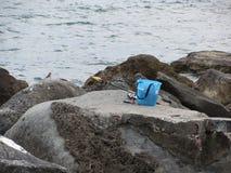 Artes de pesca en la roca por el mar Fotografía de archivo