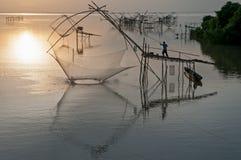 Artes de pesca y pescador cuadrados gigantes de la red de inmersión en Pakpra Foto de archivo