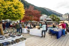 Artes de Queenstown e mercados criativos dos ofícios que é ficado situado na parte dianteira do lago no parque de Earnslaw em Que Imagem de Stock