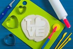 Artes divertidos de la pasta salada al día del ` s de la tarjeta del día de San Valentín Paso 10 Fotografía de archivo