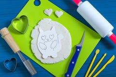 Artes divertidos de la pasta salada al día del ` s de la tarjeta del día de San Valentín Paso 13 Fotografía de archivo