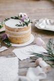 Artes gráficas de cartões bonitos da caligrafia do casamento e do bolo redondo com decorações florais Fotografia de Stock Royalty Free