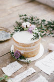 Artes gráficas de cartões bonitos da caligrafia do casamento e do bolo redondo com decorações florais Imagem de Stock