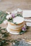 Artes gráficas de cartões bonitos da caligrafia do casamento e do bolo redondo com decorações florais Imagens de Stock