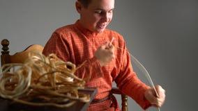 artes La opinión el muchacho teje la cesta en estudio metrajes