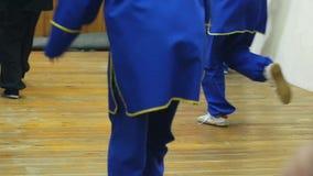 Artes marciais do treinamento do grupo de pessoas no gym 3 de janeiro de 2018, Sibéria, Novosibirsk, Rússia vídeos de arquivo
