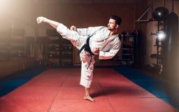 Artes marciais, homem no quimono branco com cinturão negro Fotos de Stock Royalty Free