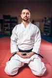 Artes marciais, homem no quimono branco com cinturão negro Imagens de Stock Royalty Free