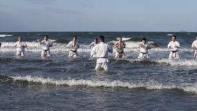 Artes marciais japonesas do karaté que treinam na praia video estoque